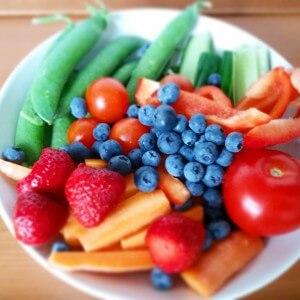 Tallerken med grøntsager og bær