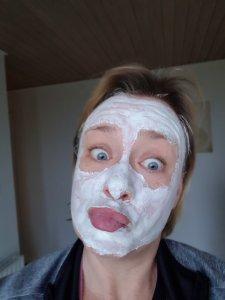 ansigtsmaske med hvidt kaolin ler